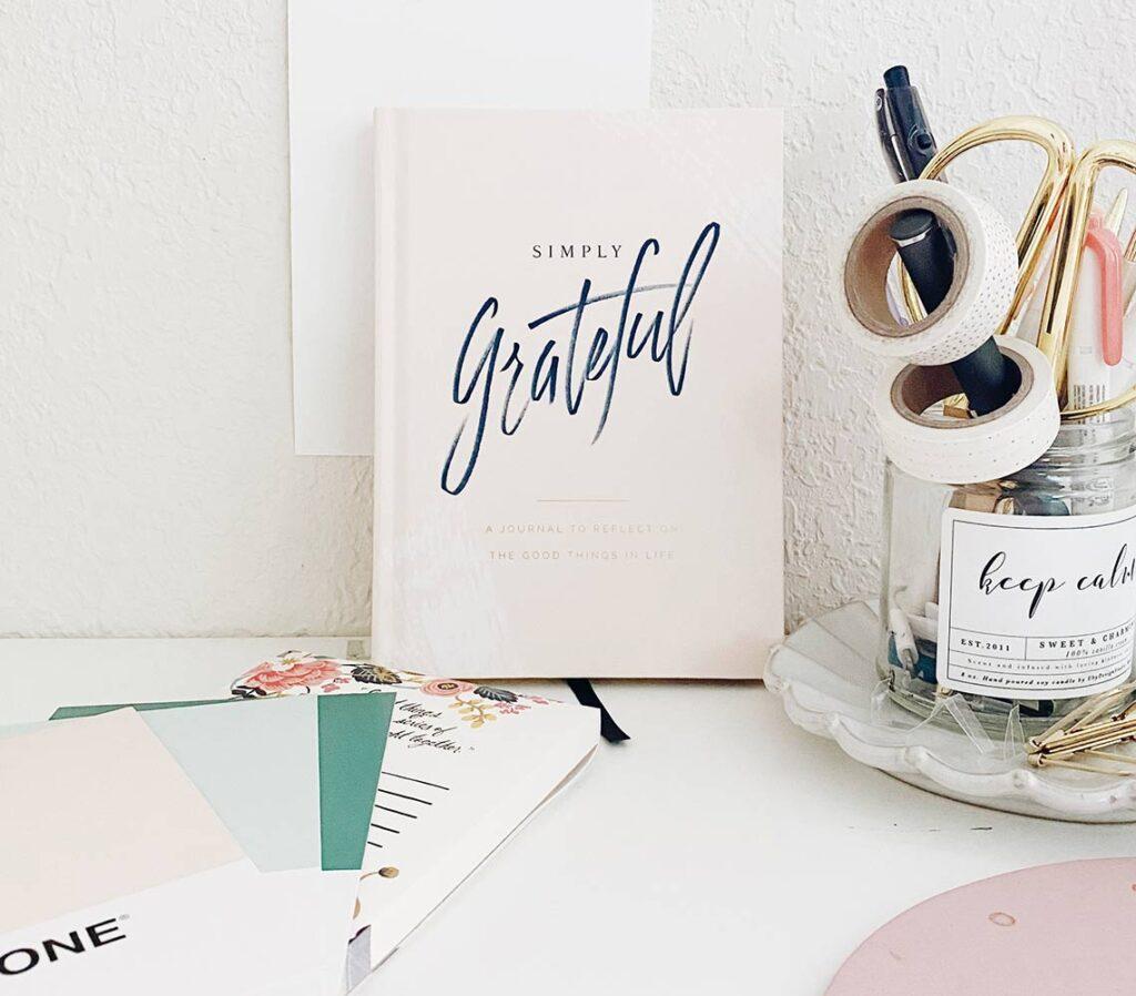 scrivania con pantoni e materiale comunicazione visiva bloomie asti