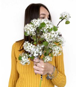 ragazza con in mano mazzo di fiori bianchi