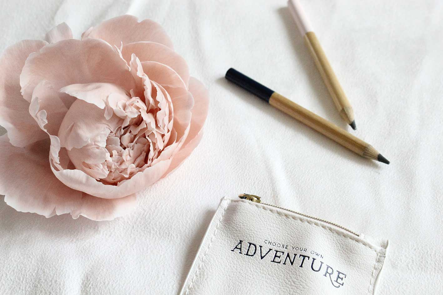peonia rosa con matite bloomie servizi social media asti